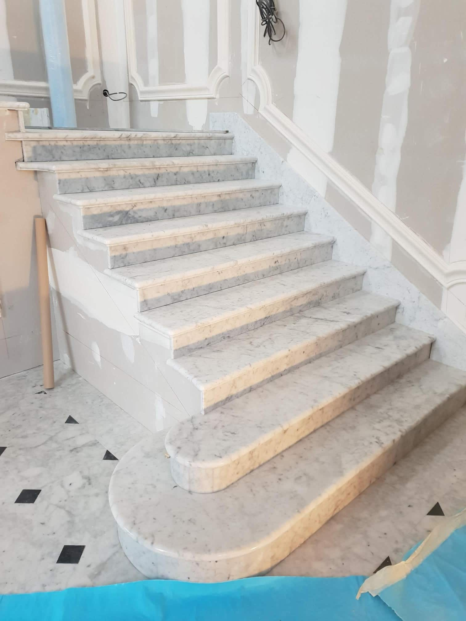 Escalier en marbre Blanc de Carrare - Marbrerie Roches et Pierres