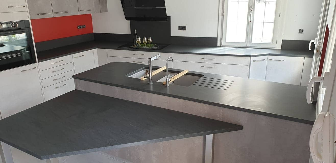 Plan de cuisine en granit Carbon Grey - Marbrerie Roches et Pierres ...